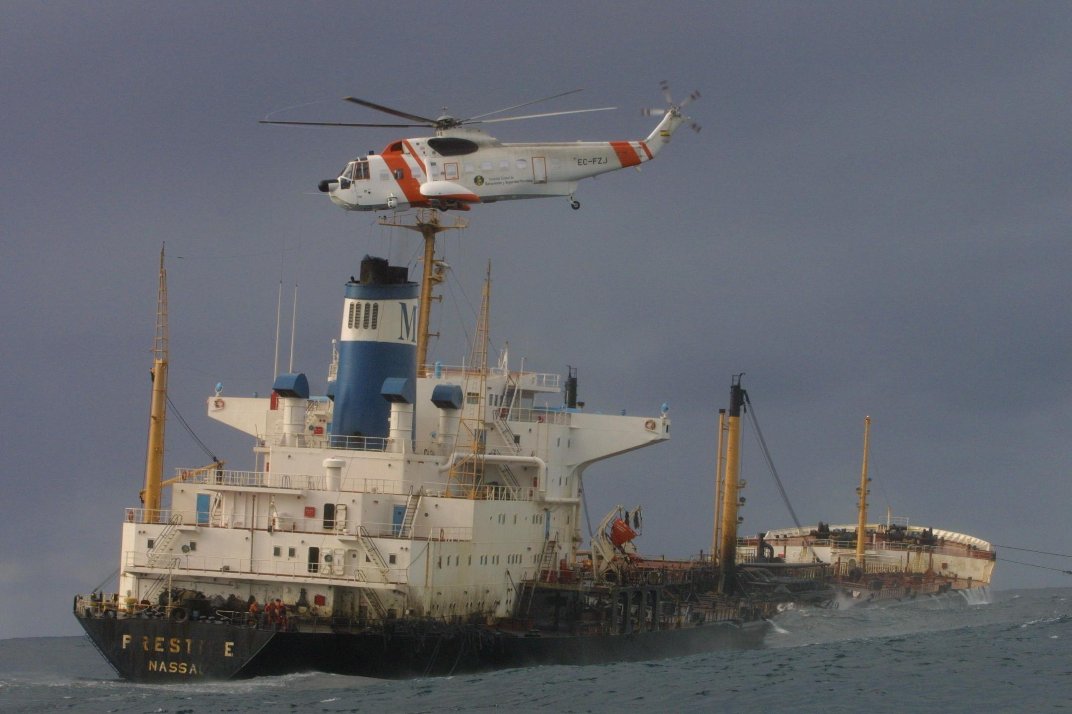 Un helicóptero de Salvamento vuela cerca del <i>Prestige</i>. <br><b>José Manuel Casal</b>