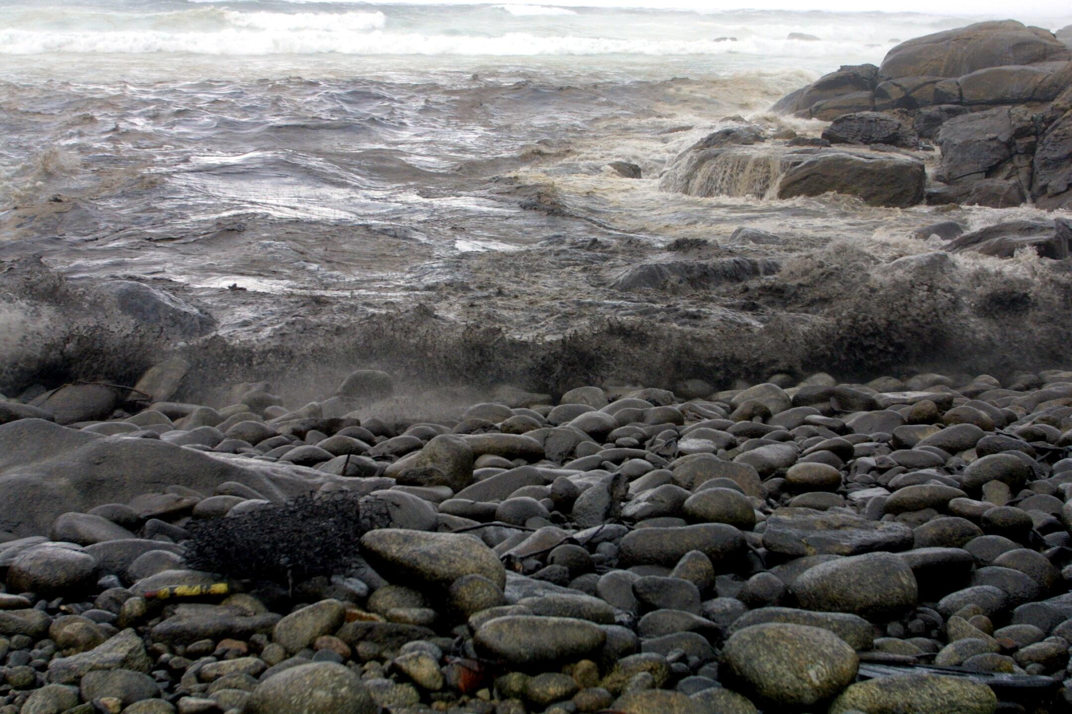 Las olas llevan el fuel a la costa de Muxía. <br><b>Ana García</b>