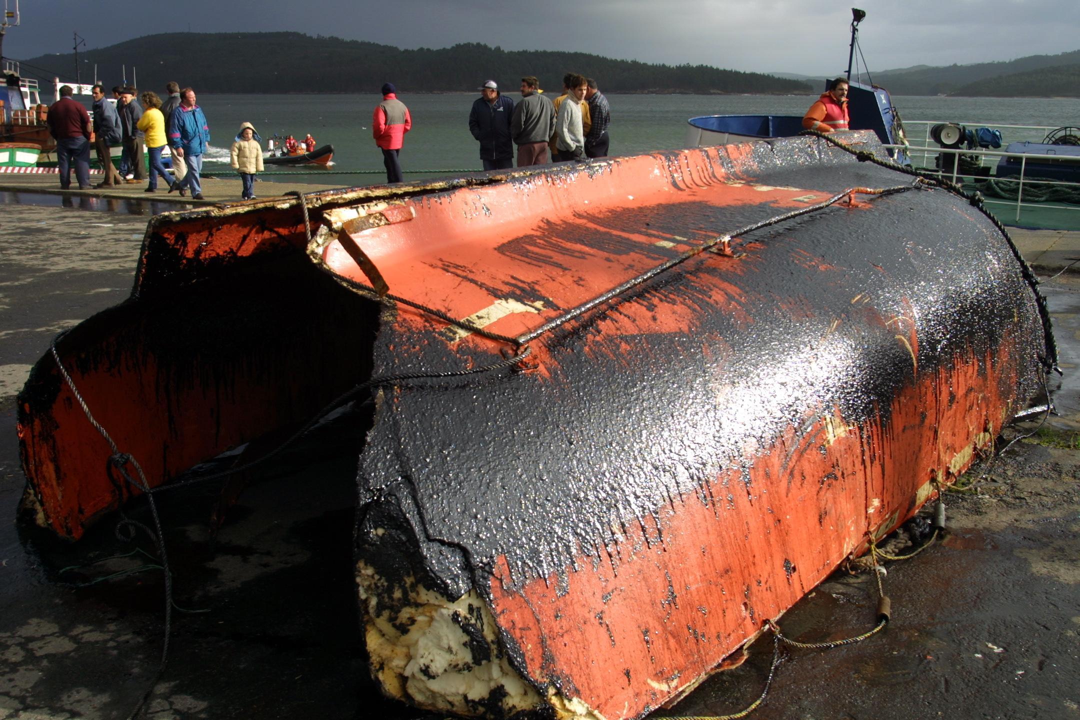 Restos de un bote salvavidas del «Prestige» en Camariñas. <br><b>José Manuel Casal</b>