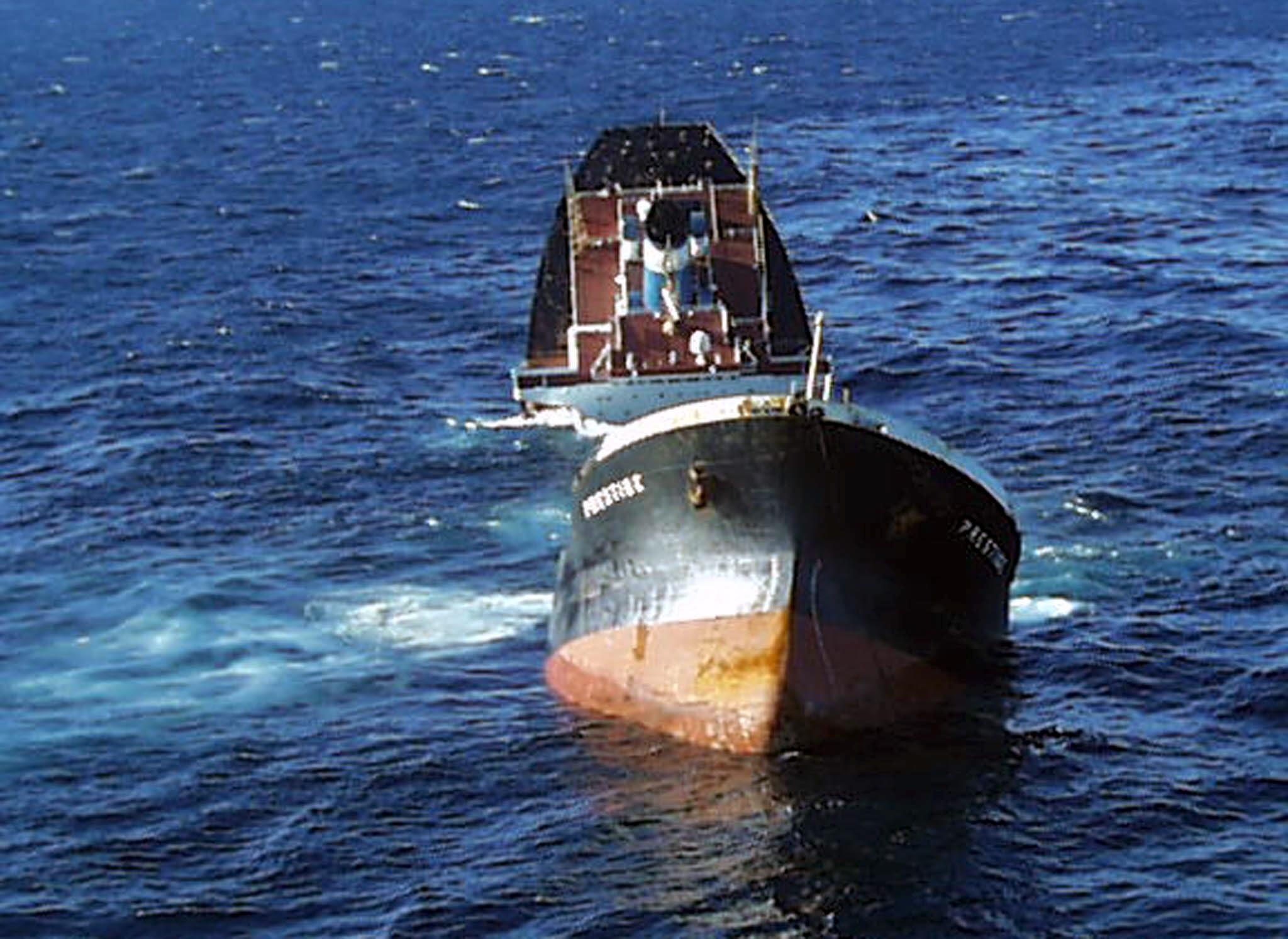 El «Prestige», con sus dos partes aún a flote, agoniza sobre el Atlántico.