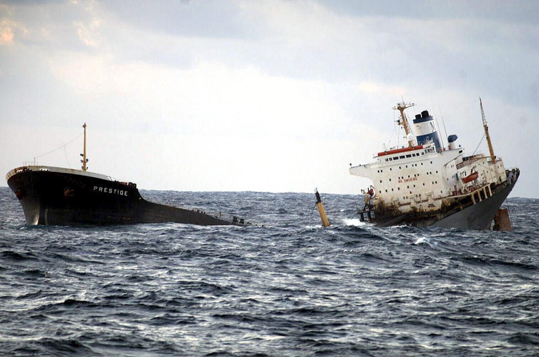 El mar pasa por encima de la zona donde se fracturó el petrolero.