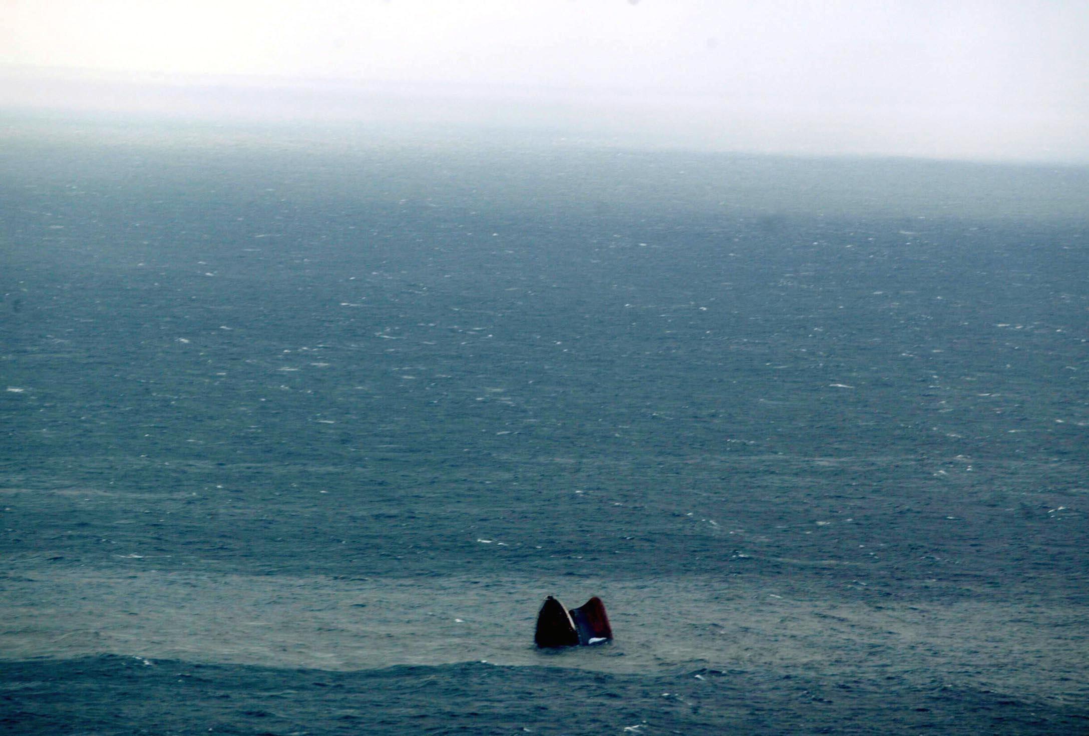 La proa, a punto de sumergirse en el océano Atlántico.