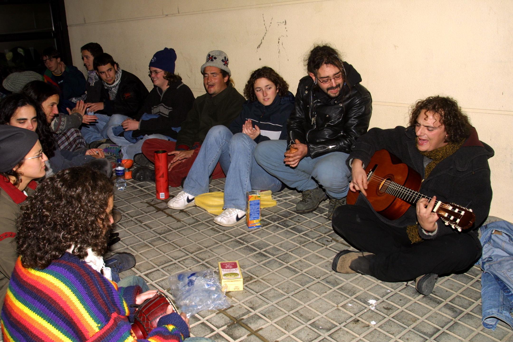 Un grupo de jóvenes de Toledo, en su tiempo libre nocturno en Muxía. <br><b>José Manuel Casal</b>