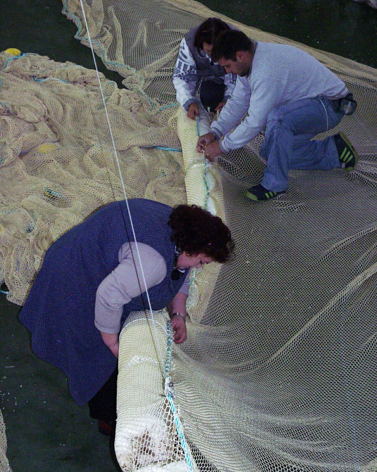 Preparación de redes para emplear contra la marea negra <br>Carmen Valiño