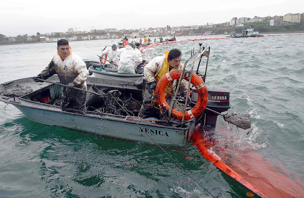 03/02/03 <br>La ría de Ferrol estaba cerrada. Tras la barrera anticontaminación, los marineros trataban de defender su medio de vida <br>José Pardo