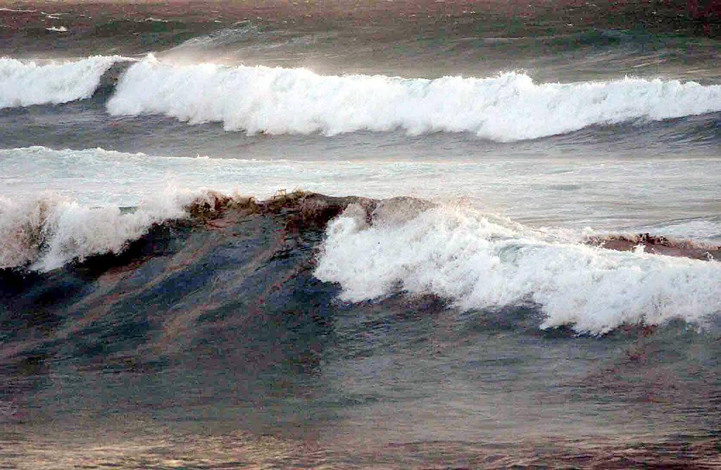 22/11/02 <br>La densidad del chapapote era apreciable en una cresta de ola imposible de surfear en la playa de Doniños <br>José Pardo