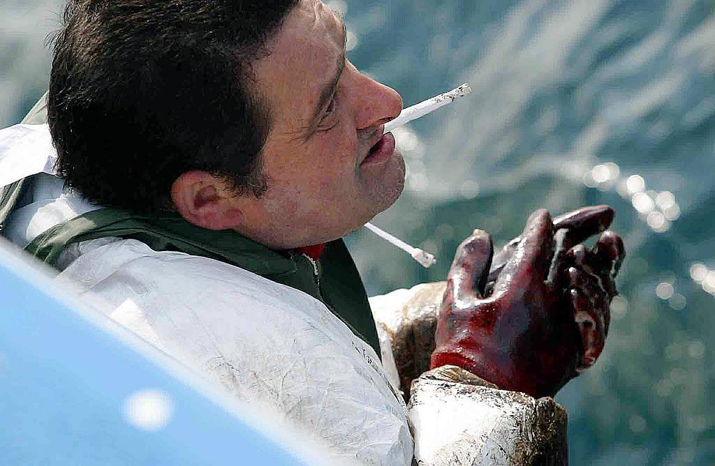 07/02/03 <br>Los marineros salieron a la caza del chapapote en sus propias embarcaciones en Cedeira <br>José Pardo