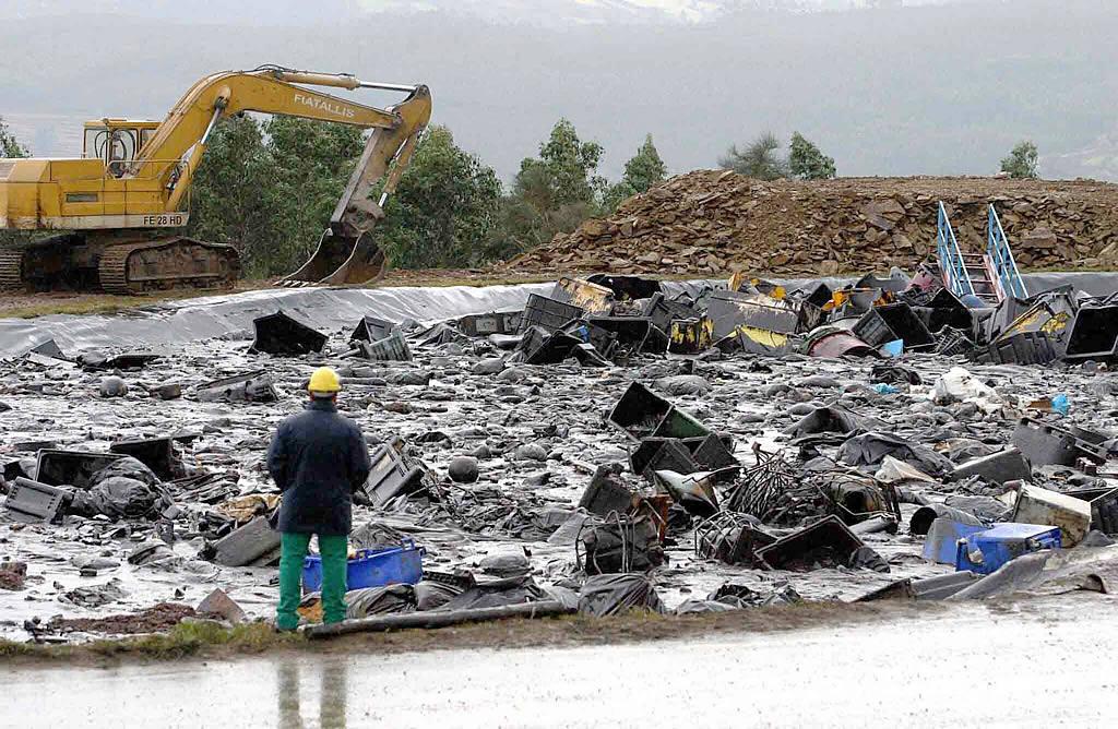 12/12/02 <br>Por tierra llegaron los desperdicios que dejaba la limpieza del litoral para ser depositados en la planta de residuos de Sogarisa, en As Somozas, donde aún permanecen <br>José Pardo