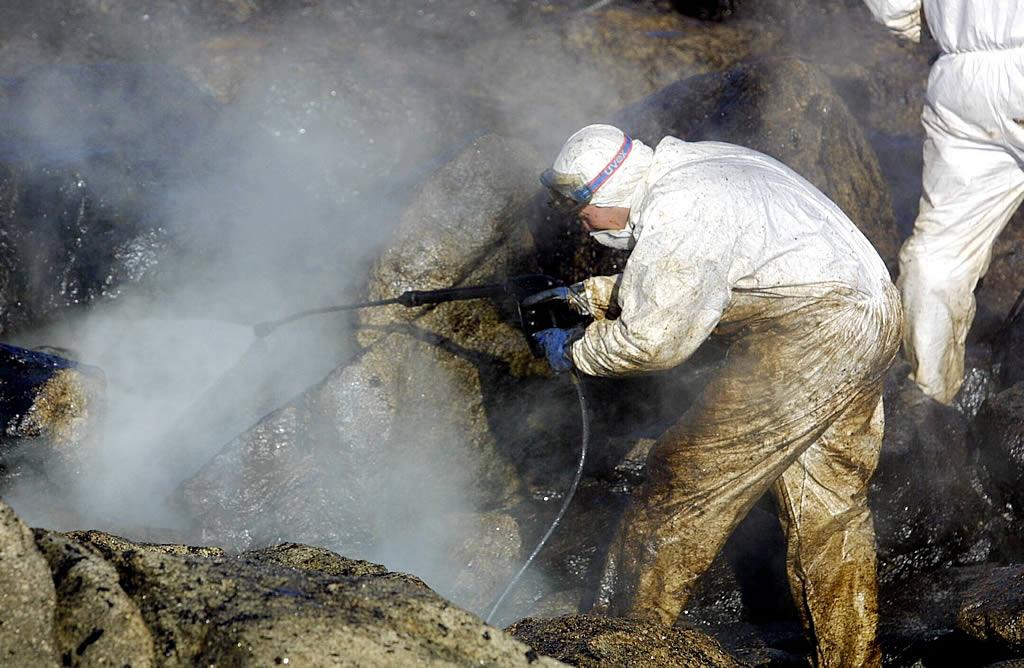 24/01/2003 <br> El agua a presión es una de las fórmulas utilizadas para limpiar las rocas en Espiñeirido, en Porto do Son  <br>Simón Balvís
