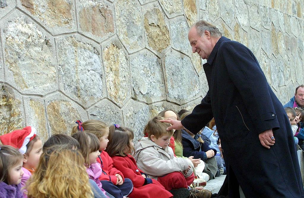 02/12/2002 <br> El rey saluda a niños del colegio de Laxe. Don Juan Carlos en su primera visita a Galicia no dudó en pisar la arena, algo que no llegó a hacer nunca el entonces presidente del Gobierno, José Maria Aznar  <br>José Manuel Casal