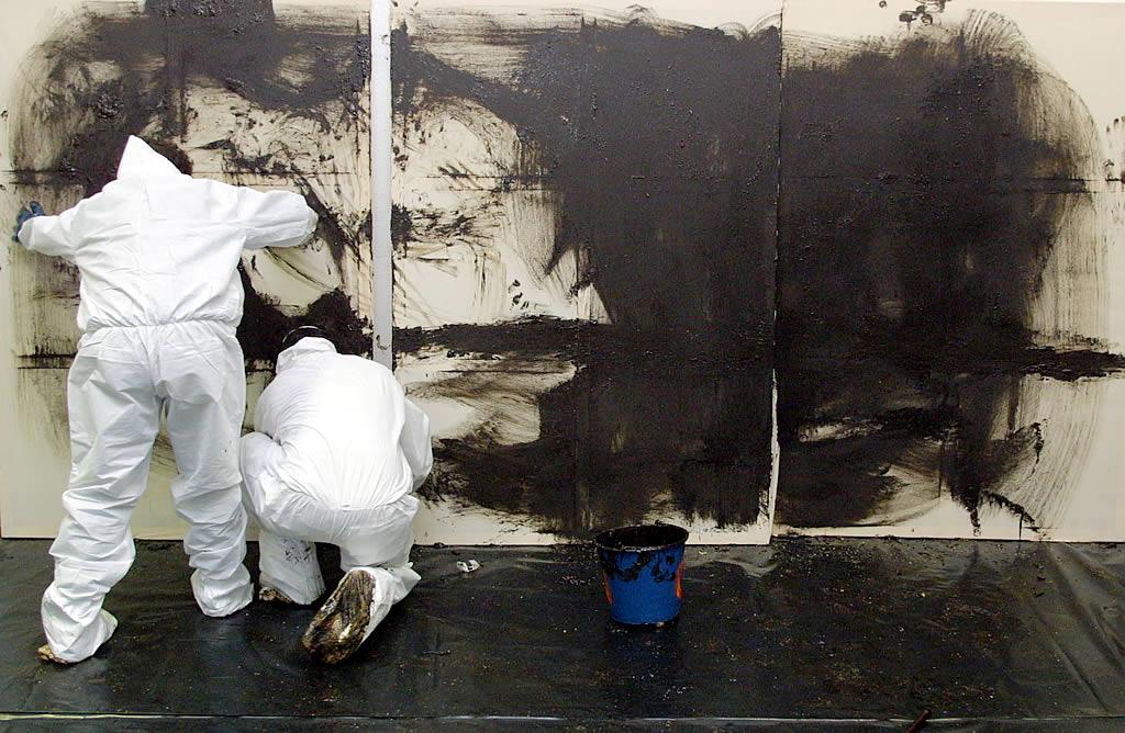 08/12/2002 <br>Óscar Rosales y Jesús Fernández Rodríguez, dos artistas y voluntarios de Granada, llegan a Galicia con la intención de pintar un mural-denuncia con chapapote sobre tela. Había nacido el FUEL-ART <br>Vítor Mejuto