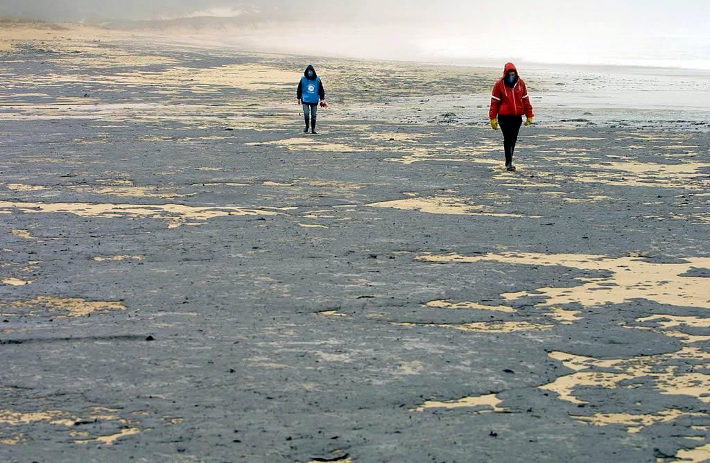 03/12/2002 <br>El chapapote asola la playa de O Rostro, en Fisterra  <br>José Manuel Casal