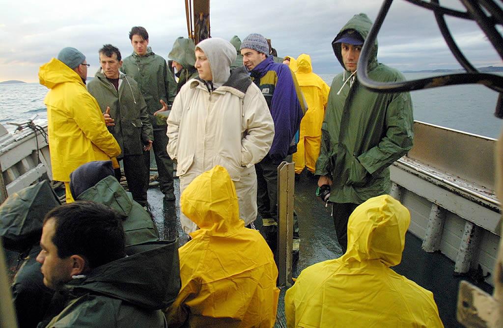 9/12/2002 <br>Marineros y voluntarios regresaban cada día de limpiar fuel en la isla de Ons <br>Xoán Carlos Gil