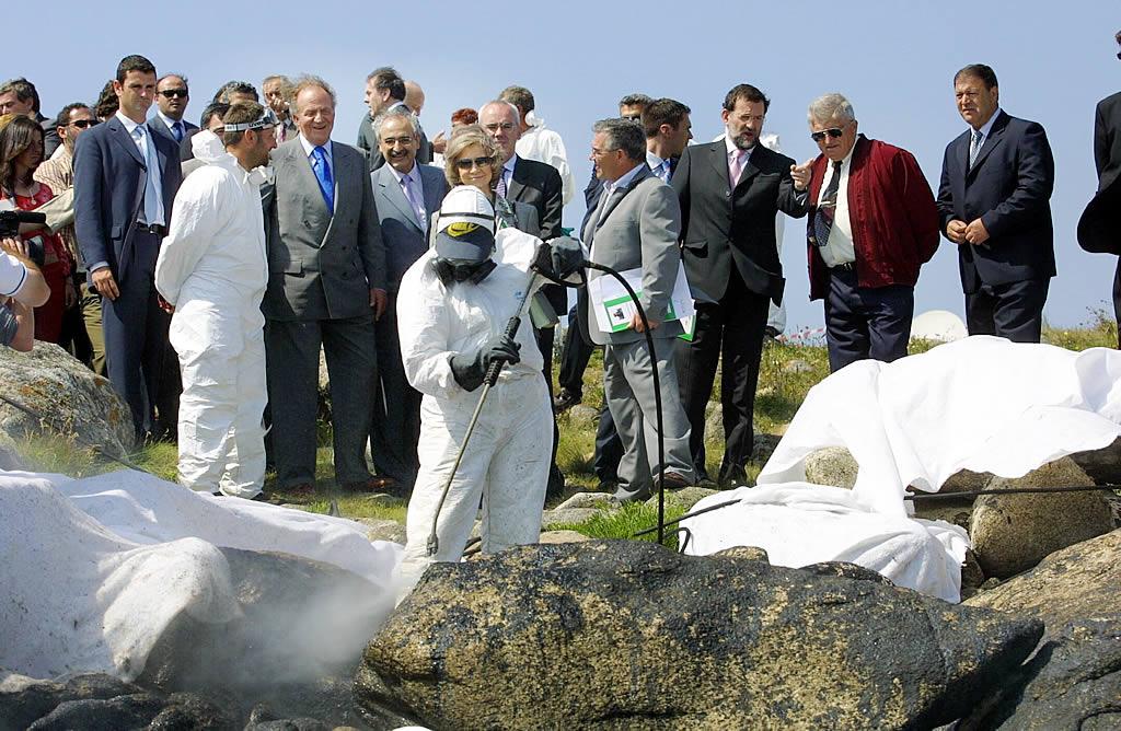 23/06/2003 <br> Llegada de los reyes para visitar las tareas de limpieza en la zona de Ximprón, en Lira  <br>Simón Balvís