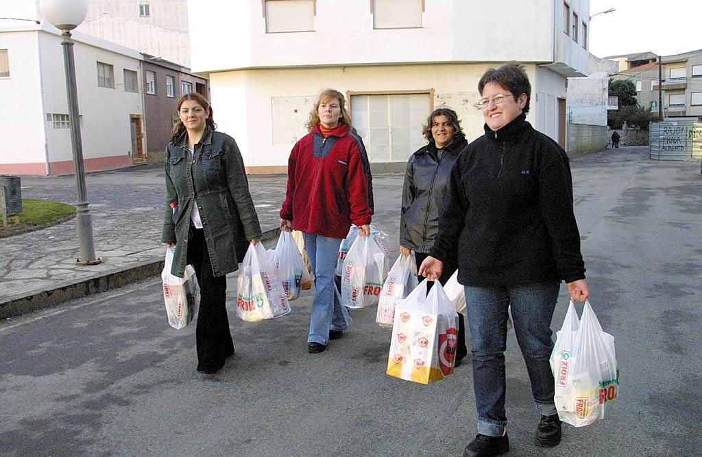 04/12/2002 <br>Los vecinos de Muxía llevan comida para los voluntarios que limpian las playas  <br>José Manuel Casal