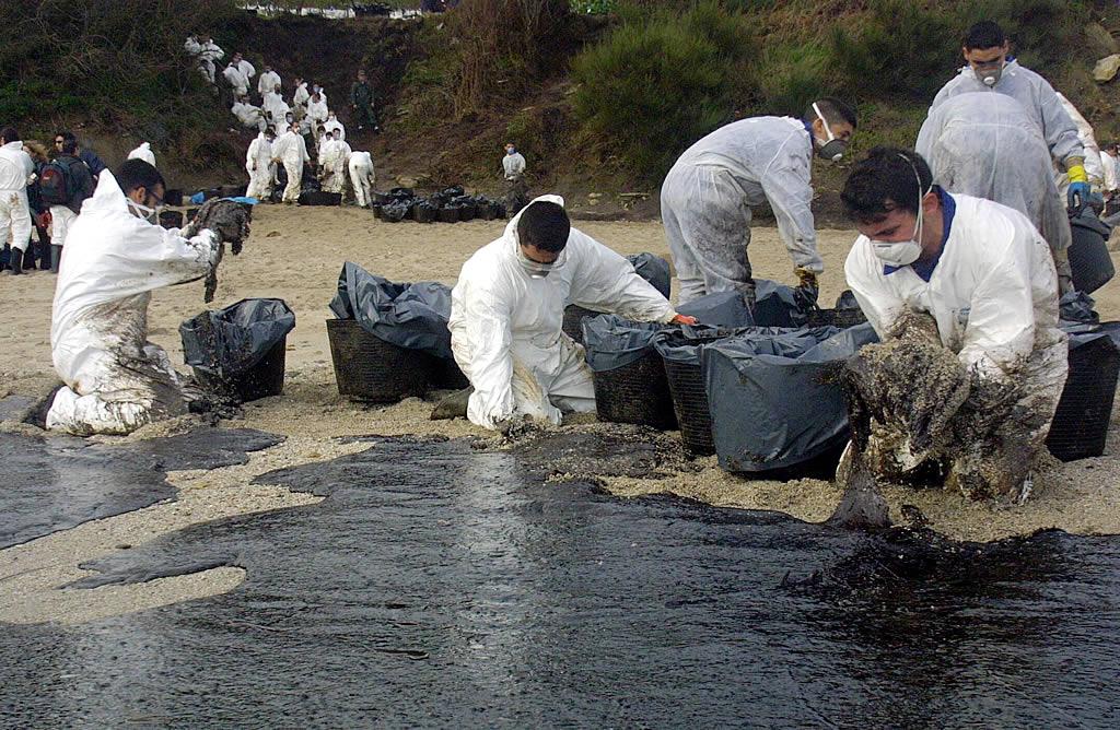 23/12/2002 <br>Militares enviados por la Armada trabajan en la retirada de fuel que cubre la playa de Canexol, en la isla de Ons <br>Xoán Carlos Gil