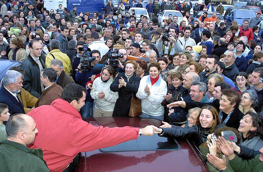 16/12/2002 <br> El príncipe Felipe visita Aguiño  <br>Simón Balvís