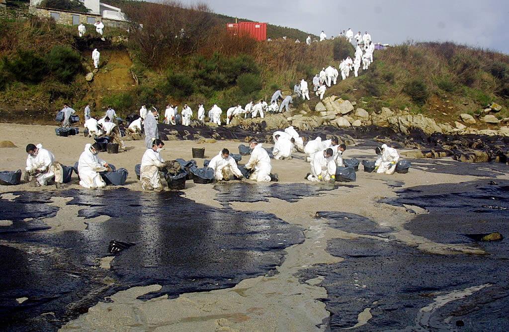 23/12/2002 <br>Los militares trabajan formando una cadena para retirar el fuel en la playa de Canexol, en Ons <br>Xoán Carlos Gil