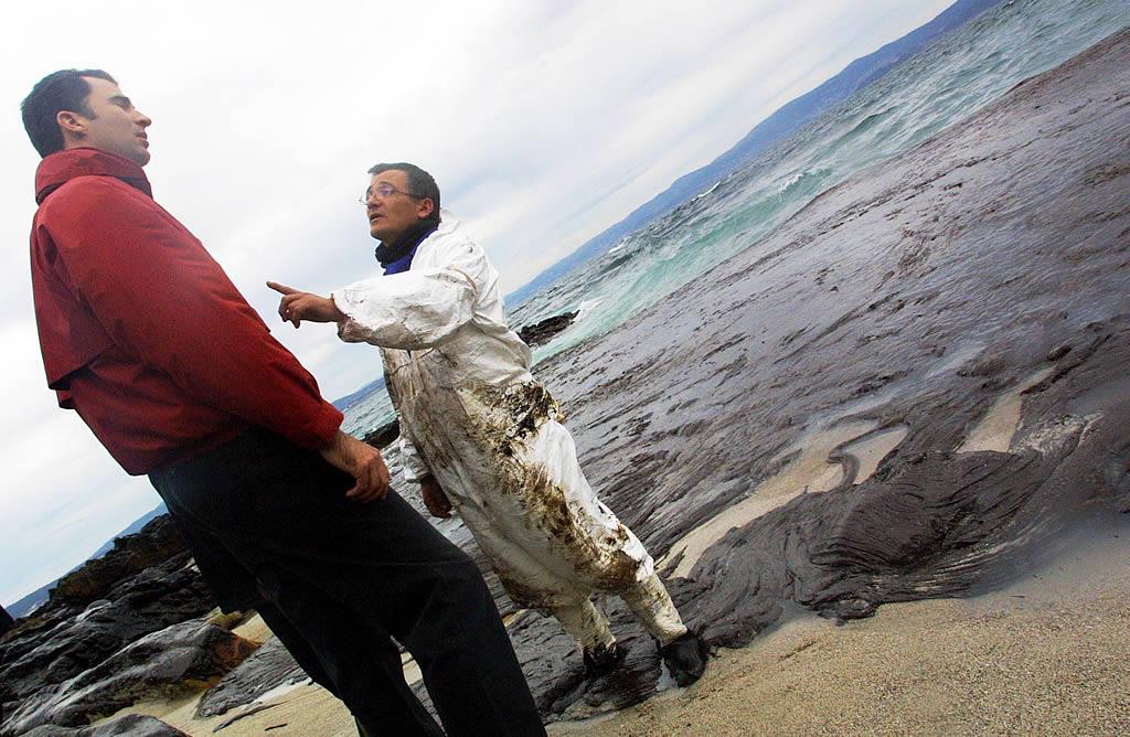 16/12/2002 <br>El príncipe Felipe visita la isla de Ons. Un voluntario se le encara tímidamente. Detrás, la gran mancha se cierne sobre ellos <br>Vítor Mejuto
