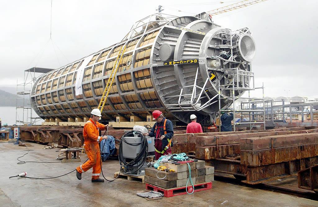 04/05/2004 <br>Trabajos de construcción y pruebas de flotabilidad de las lanzaderas construidas en la Factoría Naval de Marín para recuperar el fuel contenido en el pecio del  «Prestige» hundido frente a las costas de Galicia <br>Xoán Carlos Gil