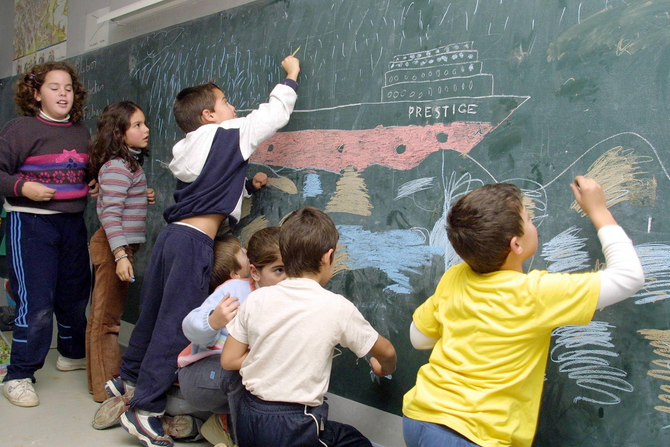 10/12/2002 <br> Niños del colegio de Muxía dibujan en clase lo que significa para ellos el «Prestige»  <br>José Manuel Casal