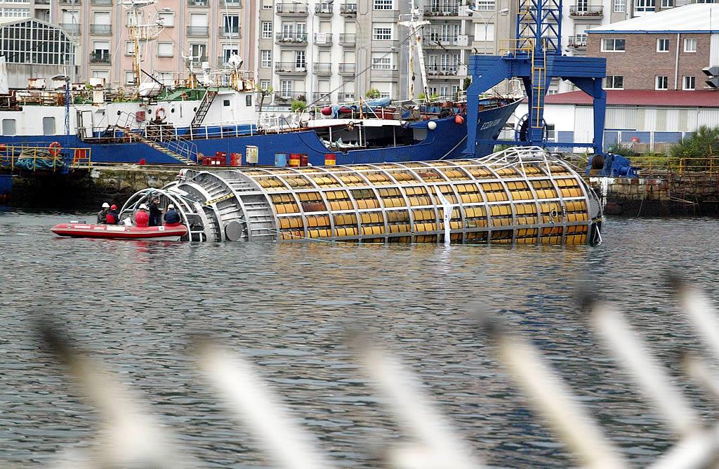 04/05/2004 <br>Año y medio después aún estaban en marcha los trabajos de construcción de las lanzaderas para recuperar el fuel contenido en el pecio del «Prestige» hundido frente a las costas de Galicia <br>Xoán Carlos Gil