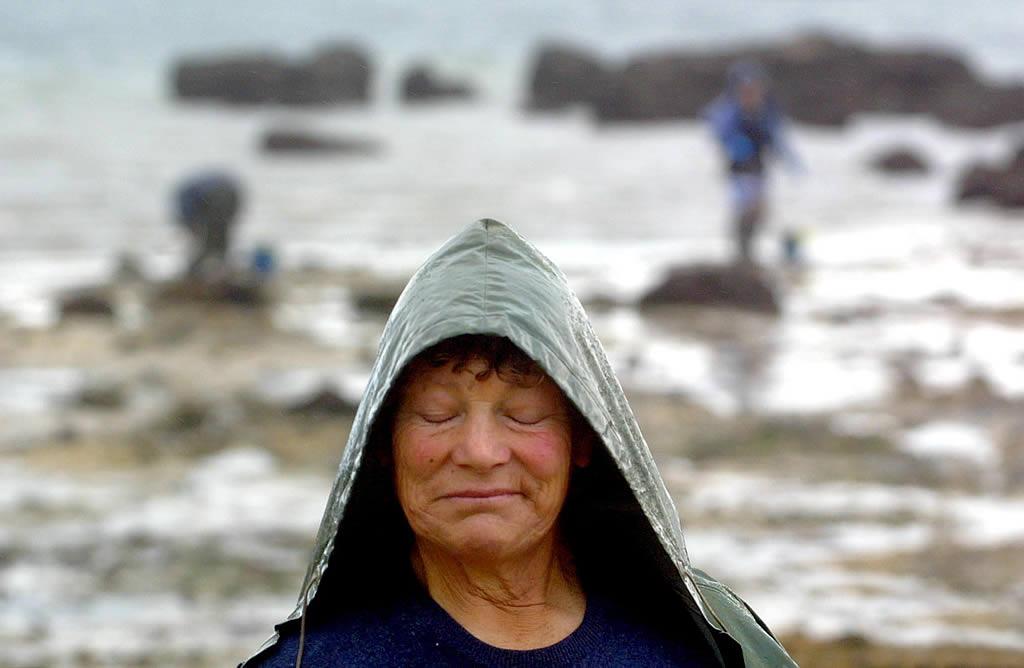 03/02/20002  <br>Las mariscadoras de Vilanova de Arousa, las primeras después de dos meses, vuelven al trabajo. Las capturas son escasas. Sus caras lo dicen todo <br>Vítor Mejuto