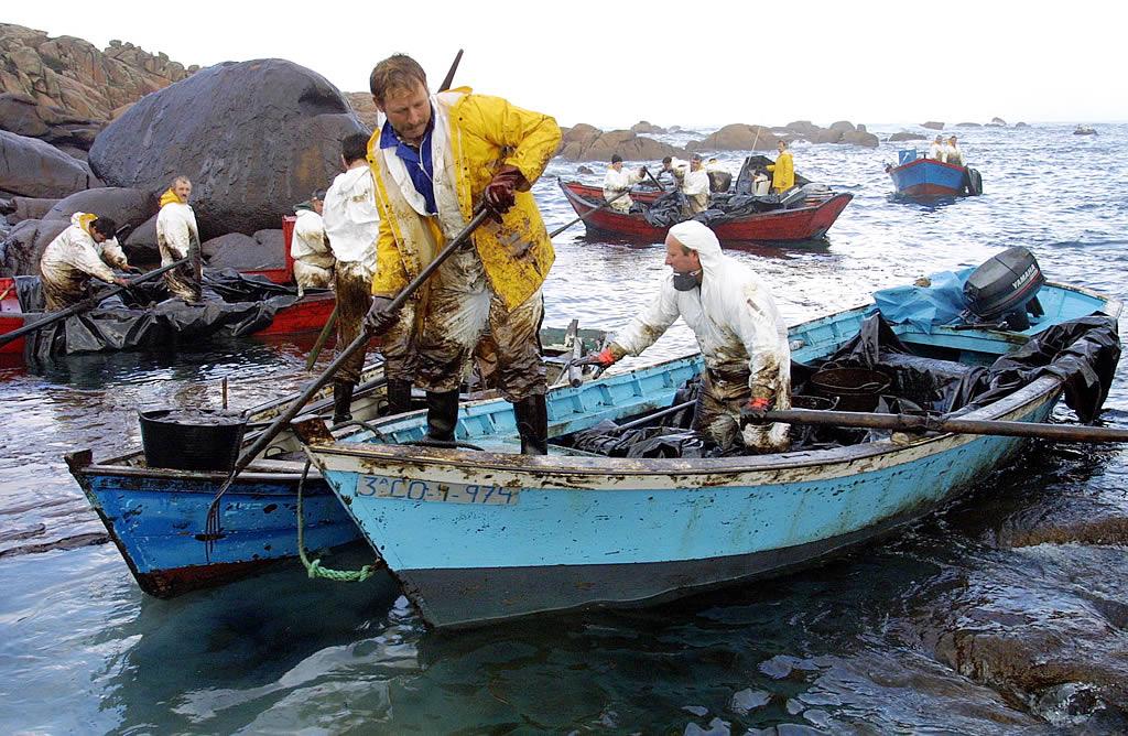 18/12/2002 <br>Mariscadores de Camariñas limpian en Lobeiras (Camelle)  <br>José Manuel Casal