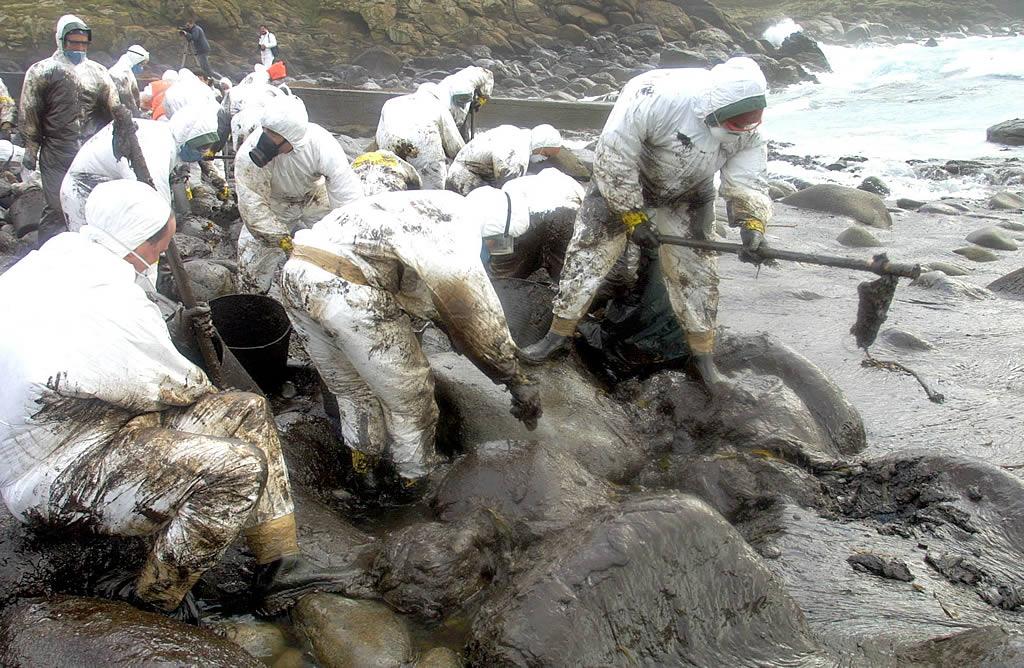 19/12/2002 <br>Touriñán fue otro de los escenarios en los que los voluntarios pelearon para arrancar el fuel de las rocas  <br>José Manuel Casal