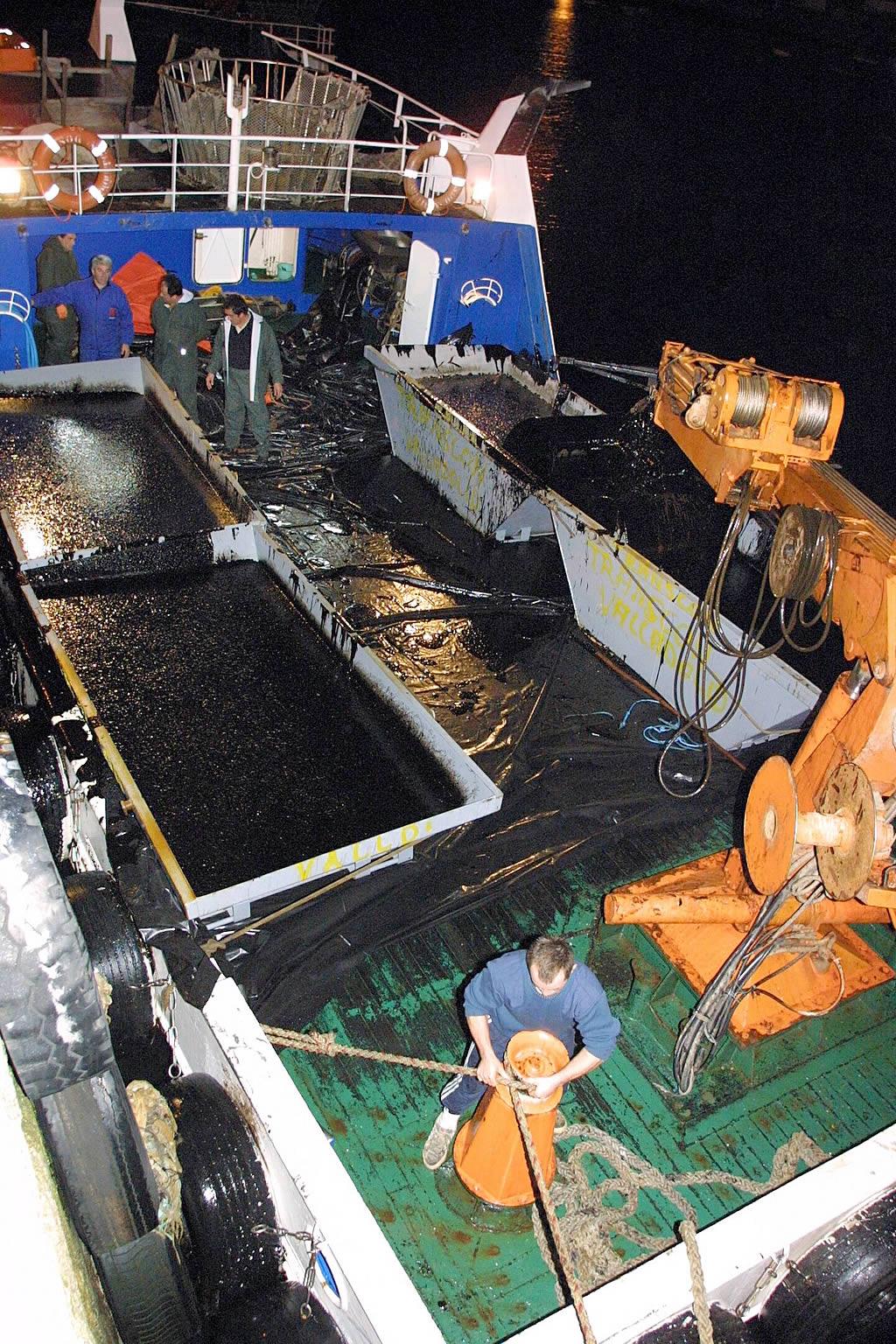 102/12/2002 <br>Barcos bateeiros llegan la puerto de Aguiño con fuel recogido delante de la isla Sagres  <br>Simón Balvís