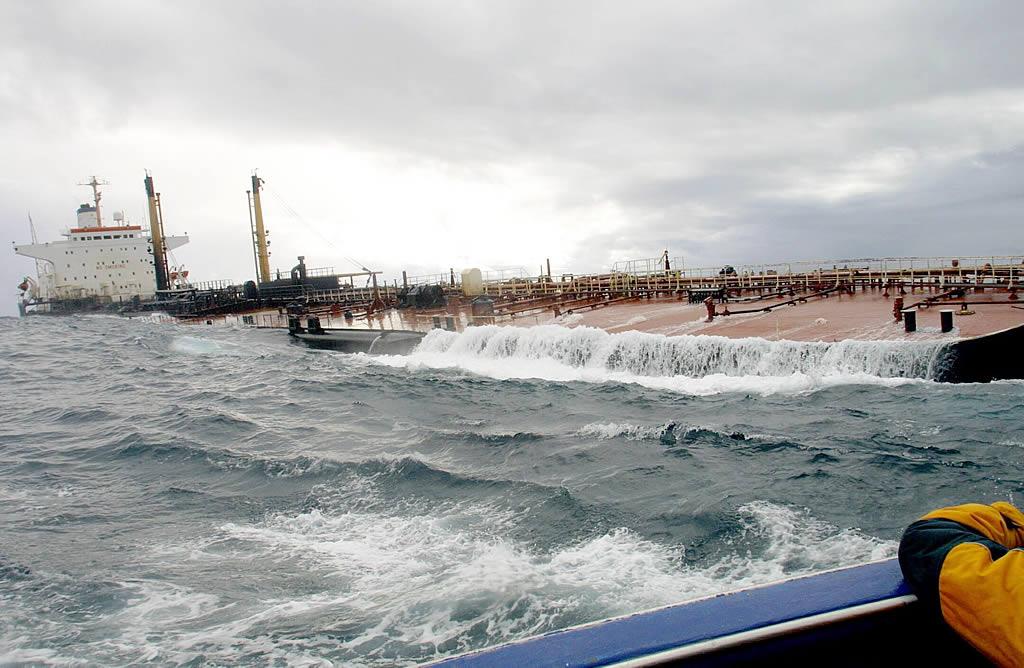 14 de noviembre del 2002 <br> Un día después de lanzar el SOS, el «Prestige» se encuentra a la deriva a unas 30 millas de Fisterra <br>José Manuel Casal