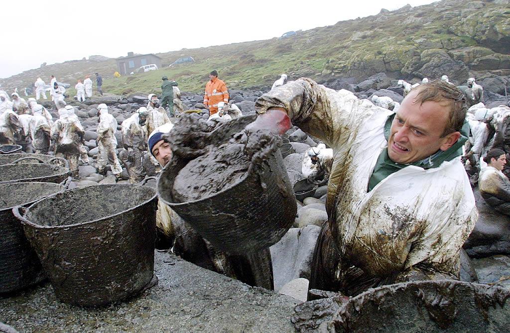 21/12/2002 <br>Percebeiros y voluntarios depositan el fuel extraído del puerto de Touriñán  <br>José Manuel Casal