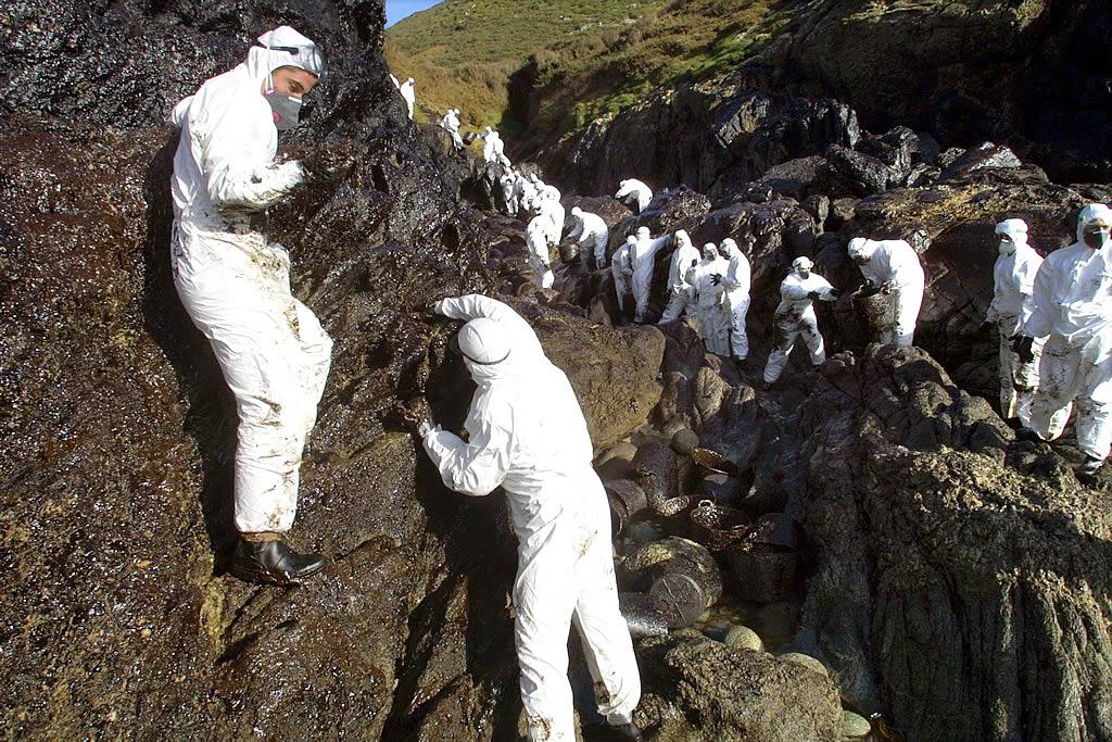 23/12/2002 <br>Militares del regimiento de guerra electrónica de El Pardo limpian en O Roncudo (Corme) <br>José Manuel Casal