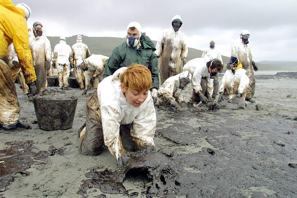 27/12/2002 <br>Los voluntarios venidos de toda España recogen chapapote en la playa de Nemiña (Muxía) <br>José Manuel Casal