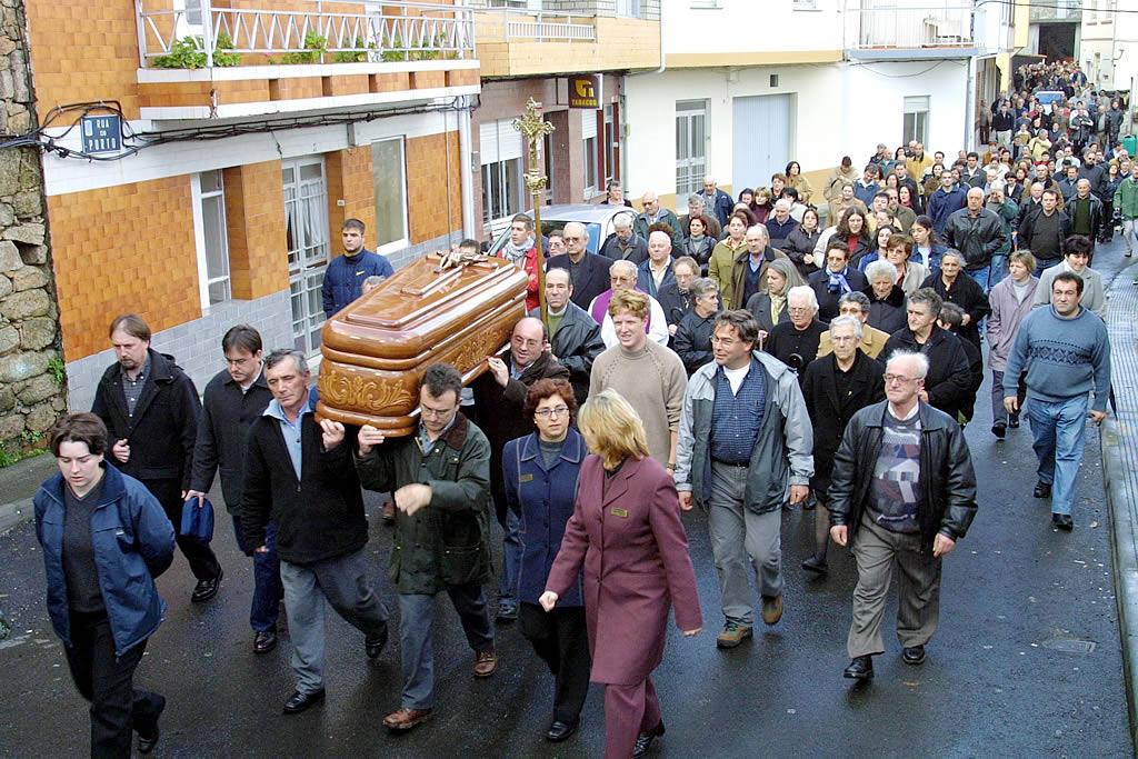 30/12/2002 <br> Fallece Man. Su féretro es llevado a hombros por las calles de Camelle <br>José Manuel Casal
