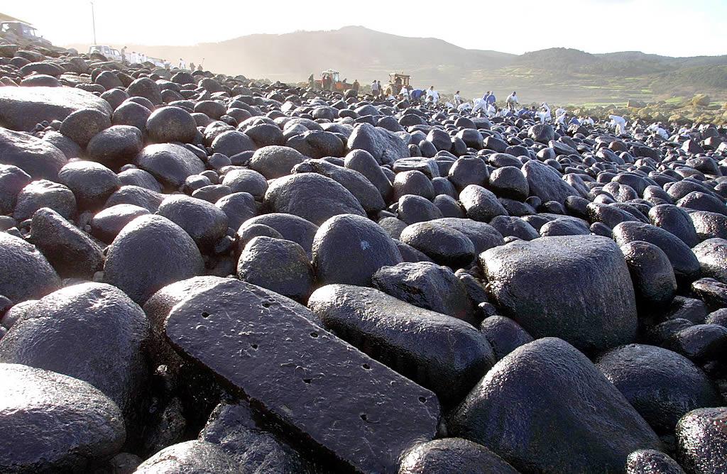 06/01/2003 <br>Una nueva marea negra asola la playa de As Margaritas, en Arliña (Muxía) <br>José Manuel Casal