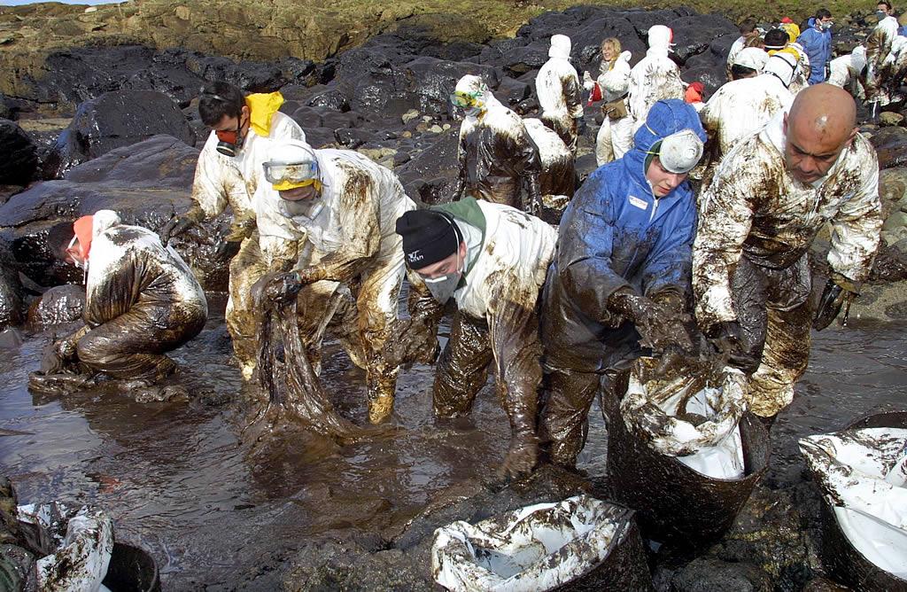 11/01/2003 <br>Voluntarios catalanes, andaluces y gallegos limpian en Coenda Longa, en Camariñas  <br>José Manuel Casal