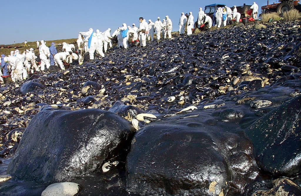 14/01/2003 <br> Voluntarios de toda España siguen acudiendo a Galicia a limpiar. En la foto, Coenda Longa, en Camariñas  <br>José Manuel Casal