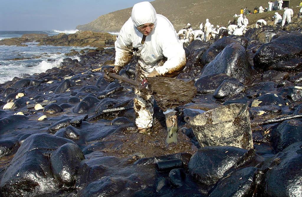 16/01/2003 <br> El coído de Cuño, en Muxía, fue uno de los puntos más castigados por el fuel  <br>José Manuel Casal