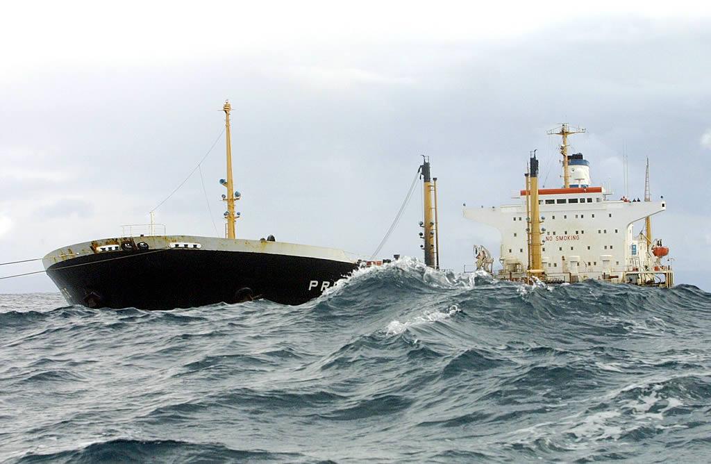 14/11/2002 <br>El «Prestige» agoniza frente a las costas gallegas con una vía de agua de 15 metros en estribor <br>José Manuel Casal
