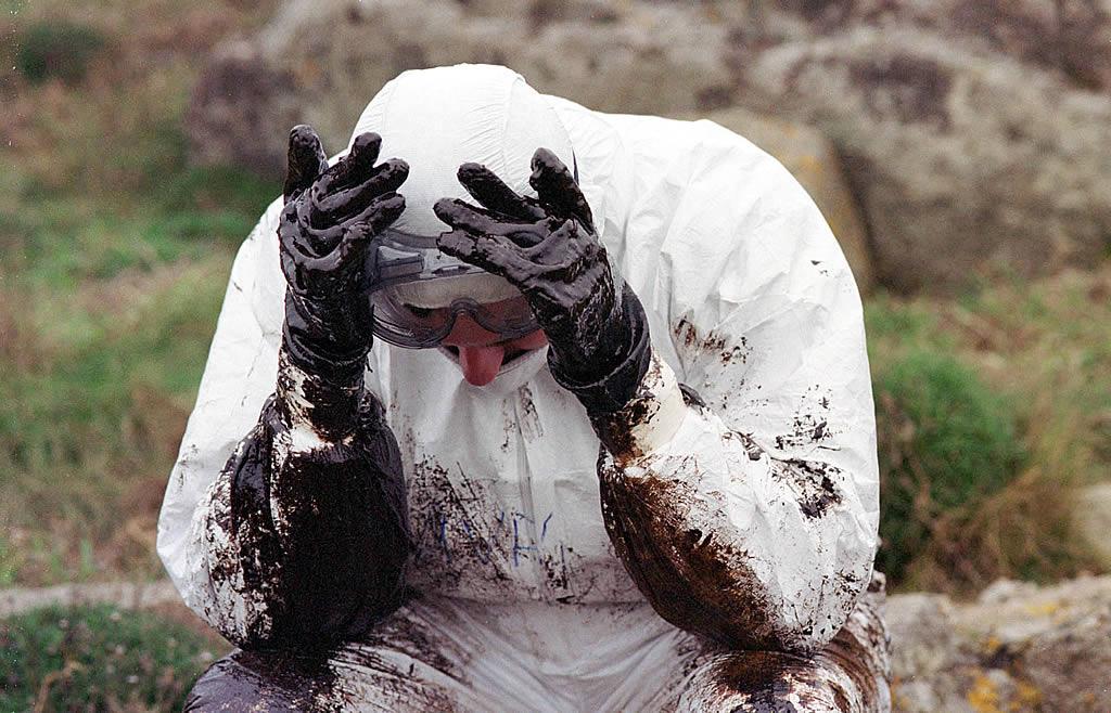 12/12/2002 <br />Un voluntario, mareado tras respirar los gases tóxicos del chapapote en Muxía <br />Álvaro Ballesteros