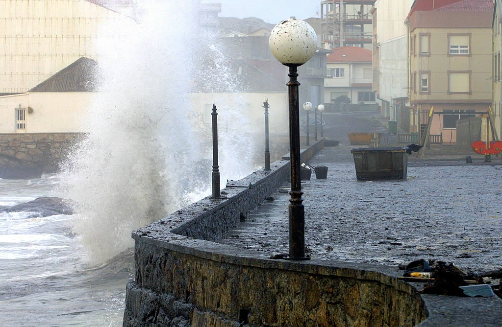 21/01/2003 <br>El fuerte oleaje vuelve a cubrir de chapapote el paseo marítimo de O Coído, en Muxía  <br>José Manuel Casal