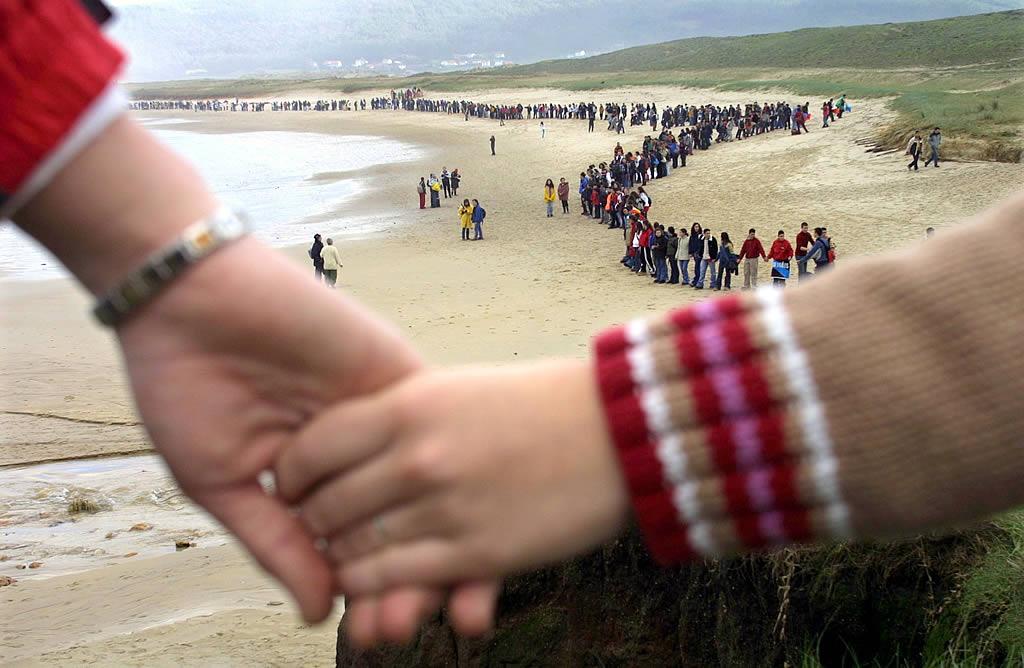 22/01/2003 <br> Miles de escolares gallegos formaron una cadena humana a lo largo de los 40 kilómetros de costa entre Laxe y Muxía  <br>José Manuel Casal