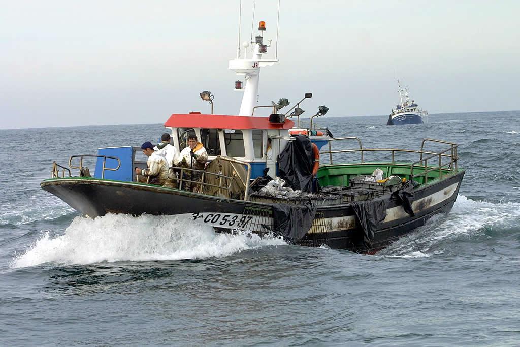 25/01/2003 <br> Un barco de Fisterra cargado con fuel se dirige a puerto  <br>José Manuel Casal