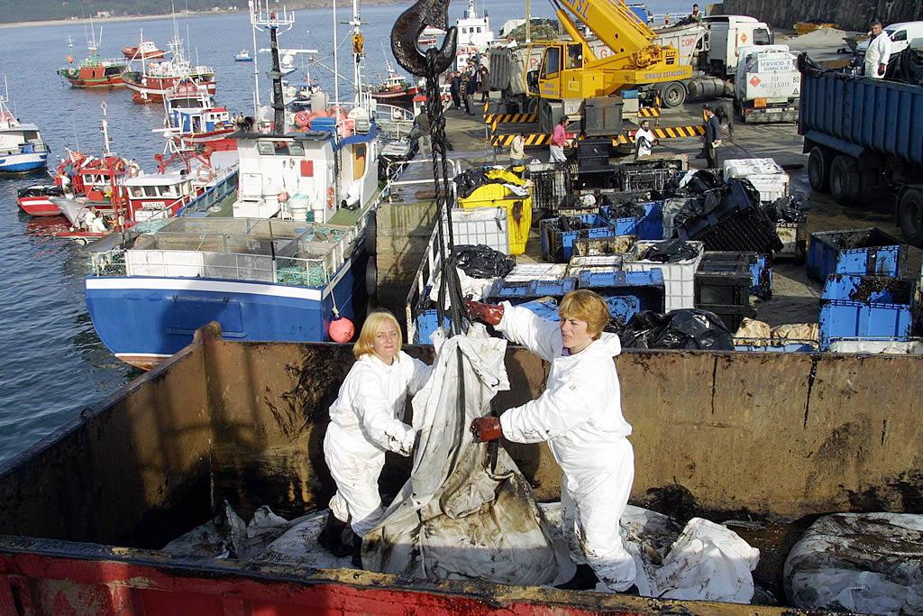 25/01/2003 <br>Barcos de Fisterra llegan a puerto para descargar el fuel recogido  <br>José Manuel Casal