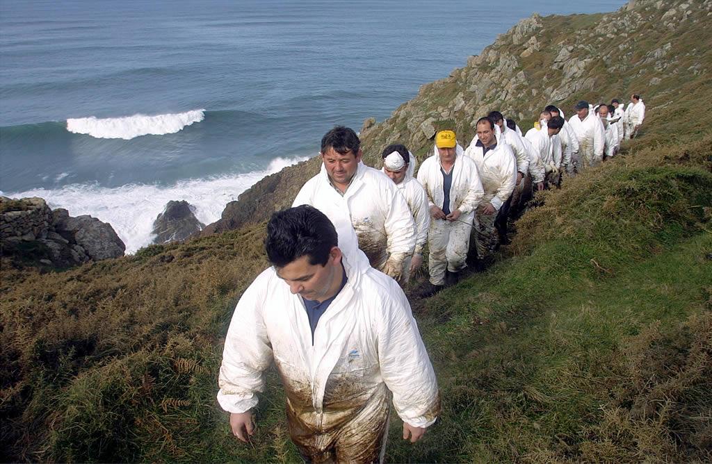 12/02/2003 <br>Los percebeiros regresan tras recoger chapapote en Petón Bermello, una zona de difícil acceso en Fisterra  <br>José Manuel Casal