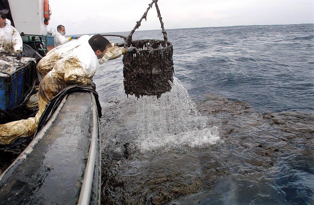 19/02/2003 <br>Tres meses después del accidente, los barcos de Camariñas siguen recogiendo fuel del mar  <br>José Manuel Casal