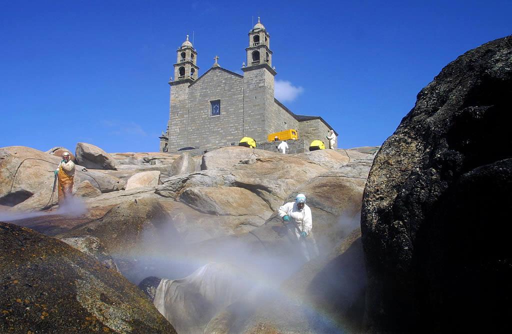 03/04/2003 <br> Empleados de Sacyr limpian con agua a presión el entorno de la Virxe da Barca <br>José Manuel Casal