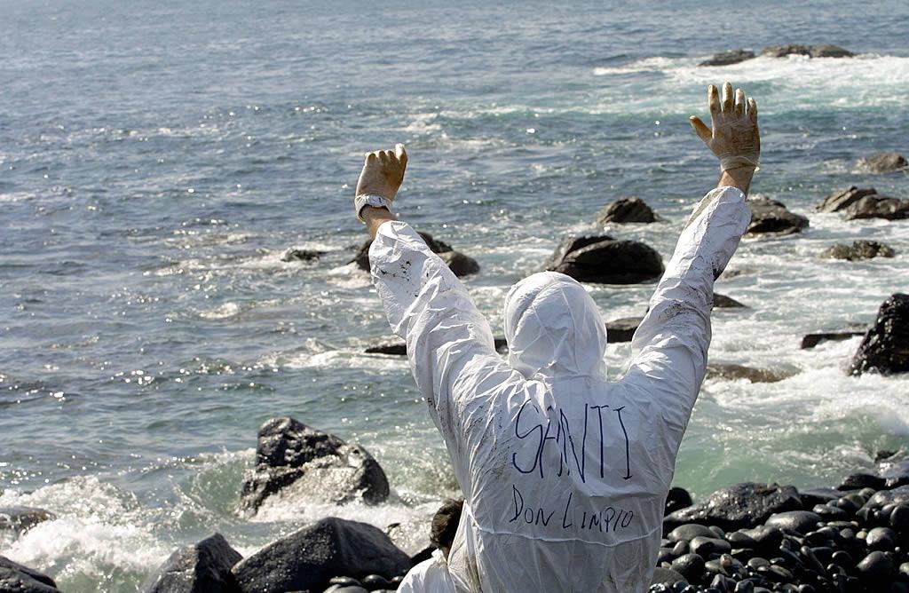 18/03/2003 <br>Manos limpias en la cala del Puerto de As Pías, en Camariñas <br>José Manuel Casal