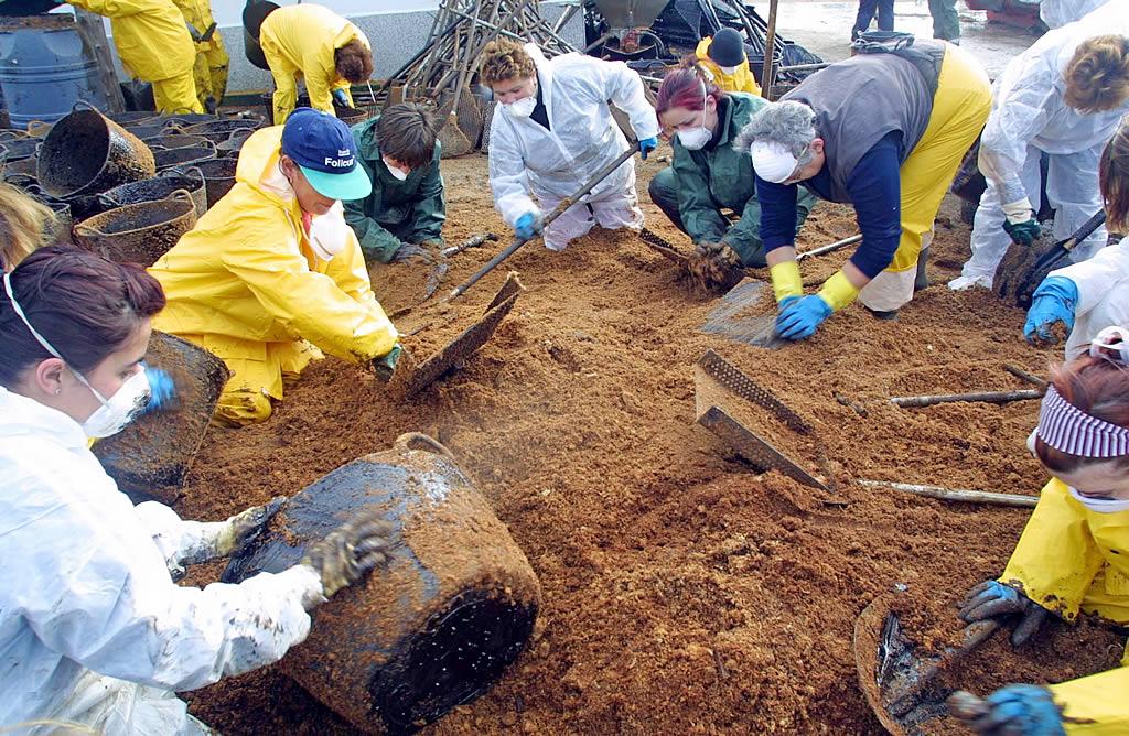 05/12/2002 <br>Muelle de O Xufre, Illa de Arousa. Cuando el fuel entró en la ría de Arousa una marea humana se volcó en el trabajo en los puertos <br>Martina Miser